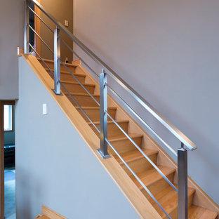 Modelo de escalera en L, urbana, pequeña, con escalones de madera y contrahuellas de madera