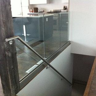 Inspiration pour un escalier droit urbain de taille moyenne avec un garde-corps en verre.