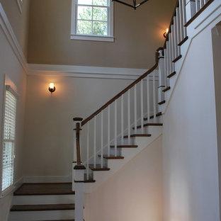 Diseño de escalera en U, tradicional renovada, pequeña, con escalones de madera y contrahuellas de madera pintada