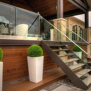 Modelo de escalera recta, minimalista, sin contrahuella, con escalones de piedra caliza y barandilla de vidrio