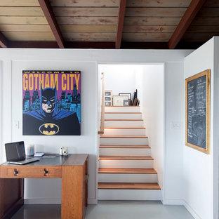 Удачное сочетание для дизайна помещения: п-образная лестница среднего размера в стиле ретро с деревянными ступенями и крашенными деревянными подступенками - самое интересное для вас