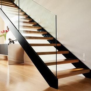 Modelo de escalera recta, actual, pequeña, sin contrahuella, con escalones de madera