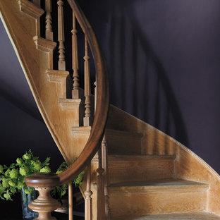 バンクーバーの中サイズの木のトラディショナルスタイルのおしゃれなサーキュラー階段 (木の蹴込み板) の写真