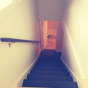 他の地域の中くらいのフローリングの北欧スタイルのおしゃれな直階段 (フローリングの蹴込み板、木材の手すり) の写真