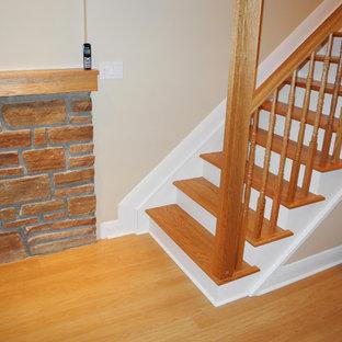 Ispirazione per una scala a rampa dritta design di medie dimensioni con pedata in legno e alzata piastrellata