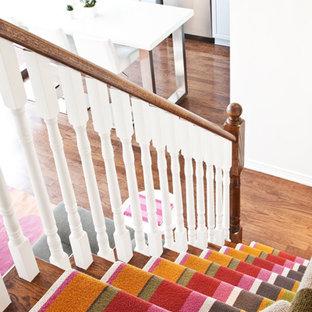 Новый формат декора квартиры: угловая лестница среднего размера в стиле фьюжн с деревянными ступенями и деревянными подступенками