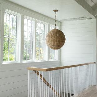 Ejemplo de escalera suspendida, campestre, de tamaño medio, con escalones de madera y barandilla de varios materiales