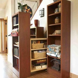 На фото: угловая лестница среднего размера в стиле рустика с деревянными ступенями, деревянными подступенками и деревянными перилами с