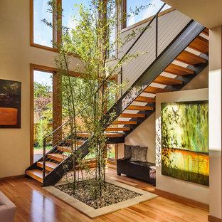 Ejemplo de escalera en L, de estilo zen, grande, sin contrahuella, con escalones de madera y barandilla de cable