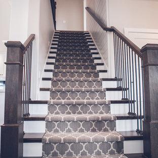 Imagen de escalera recta, contemporánea, de tamaño medio, con escalones enmoquetados, contrahuellas enmoquetadas y barandilla de madera