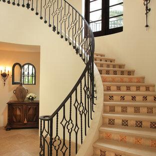 Foto de escalera curva, mediterránea, con contrahuellas con baldosas y/o azulejos