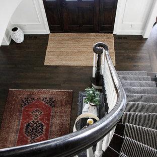 Gewendelte, Mittelgroße Klassische Holztreppe mit gebeizten Holz-Setzstufen in Chicago