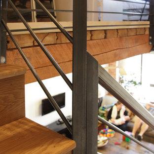 Imagen de escalera recta, industrial, con escalones de madera, contrahuellas de madera y barandilla de metal