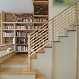 Imagen de escalera en L, clásica renovada, con escalones de madera, contrahuellas de madera pintada y barandilla de madera