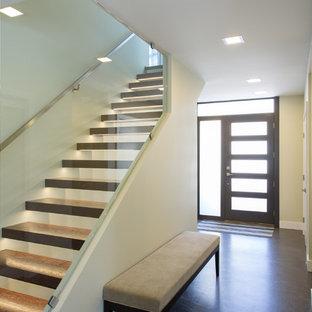 Ispirazione per una grande scala a rampa dritta minimalista con pedata in legno, nessuna alzata e parapetto in metallo