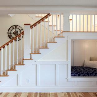 """Foto di una scala a """"U"""" tradizionale di medie dimensioni con pedata in legno, alzata in legno verniciato e parapetto in legno"""