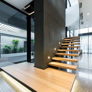 Imagen de escalera en L, actual, sin contrahuella, con escalones de madera