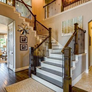 Modelo de escalera en U, tradicional renovada, grande, con escalones de madera, contrahuellas de madera pintada y barandilla de varios materiales