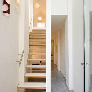 ロンドンのフローリングのコンテンポラリースタイルのおしゃれな階段の写真