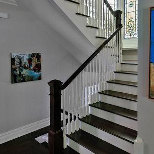 Cette image montre un escalier victorien.