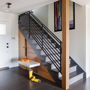 На фото: большая прямая лестница в современном стиле с бетонными ступенями и бетонными подступенками