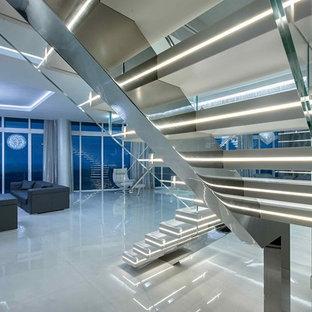 Idee per una grande scala sospesa design con pedata acrillica e parapetto in vetro