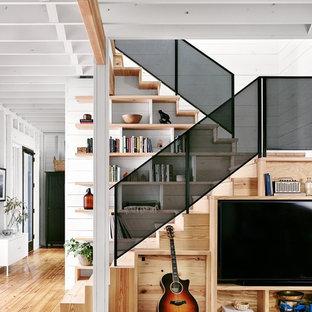 Modelo de escalera en U, campestre, pequeña, con escalones de madera y contrahuellas de madera