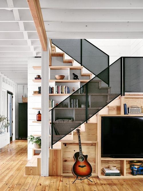 Treppenhaus mit gerader Treppe im Landhausstil ...