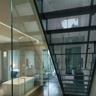 Foto de escalera recta, moderna, grande, con escalones de metal y contrahuellas de metal