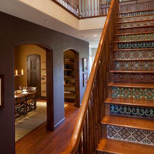 Modelo de escalera recta, rústica, de tamaño medio, con escalones de madera y contrahuellas con baldosas y/o azulejos