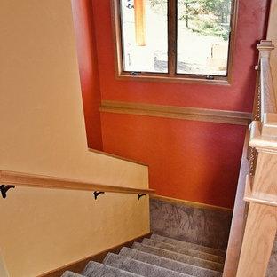 Foto di una scala stile americano di medie dimensioni con pedata in moquette, alzata in moquette e parapetto in legno