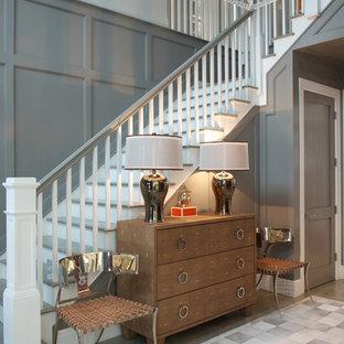 Неиссякаемый источник вдохновения для домашнего уюта: изогнутая лестница среднего размера в стиле современная классика с крашенными деревянными ступенями, крашенными деревянными подступенками и деревянными перилами