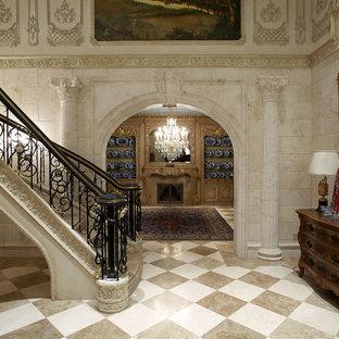 ダラスの広いタイルのヴィクトリアン調のおしゃれなサーキュラー階段 (タイルの蹴込み板、金属の手すり) の写真