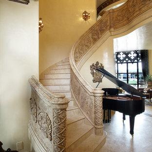 Modelo de escalera curva, mediterránea, grande, con escalones con baldosas, contrahuellas con baldosas y/o azulejos y barandilla de varios materiales