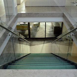 Ejemplo de escalera recta, minimalista, de tamaño medio, sin contrahuella, con escalones de vidrio