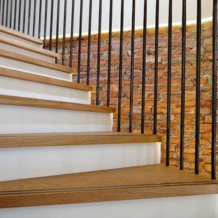 Imagen de escalera suspendida, industrial, grande, con escalones de madera y contrahuellas de madera pintada