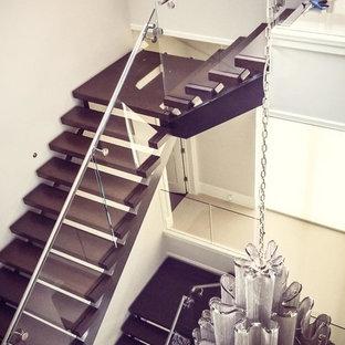 Ejemplo de escalera suspendida, moderna, grande, sin contrahuella, con escalones de madera