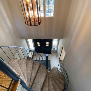 他の地域の中くらいのカーペット敷きのシャビーシック調のおしゃれならせん階段 (カーペット張りの蹴込み板、金属の手すり) の写真