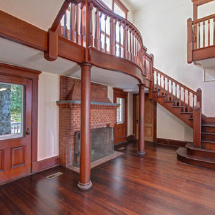Cette image montre un très grand escalier victorien en U avec des marches en bois et des contremarches en bois.