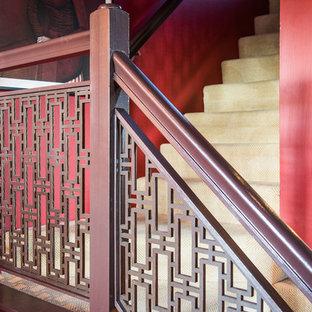デンバーの中サイズのカーペット敷きのアジアンスタイルのおしゃれなかね折れ階段 (カーペット張りの蹴込み板) の写真