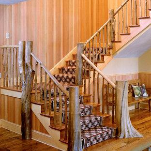 Imagen de escalera en U, rústica, grande, con escalones de madera y contrahuellas de madera