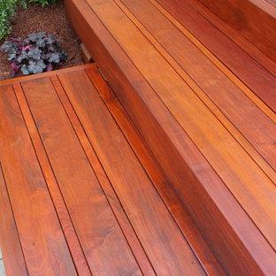 Réalisation d'un escalier flottant design de taille moyenne avec des marches en bois et des contremarches en bois.