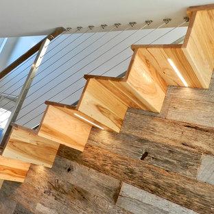 Imagen de escalera suspendida, vintage, de tamaño medio, con escalones de madera, contrahuellas de madera y barandilla de cable