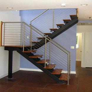 Foto de escalera en U, de estilo americano, pequeña, con escalones de madera y contrahuellas de metal