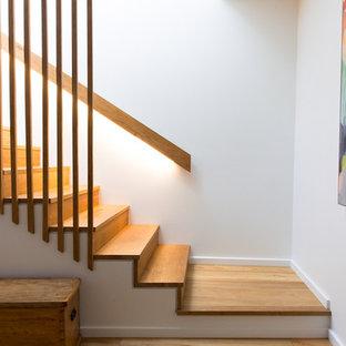 Imagen de escalera recta, moderna, pequeña, con escalones de madera y contrahuellas de madera