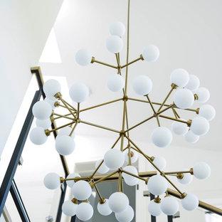 Diseño de escalera suspendida, clásica renovada, grande, con escalones de madera, contrahuellas de madera y barandilla de vidrio