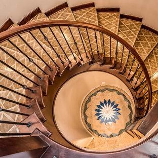Exempel på en medelhavsstil svängd trappa i trä