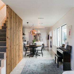 На фото: прямая лестница среднего размера в стиле кантри с деревянными ступенями, деревянными перилами и деревянными подступенками с