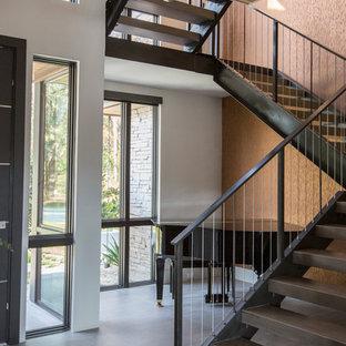 Пример оригинального дизайна: большая лестница на больцах в современном стиле с деревянными ступенями и металлическими перилами