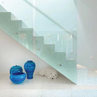 Foto de escalera suspendida, contemporánea, grande, con escalones con baldosas